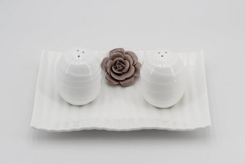 Bomboniera in porcellana Ilary Queen sale e pepe rigata con fiore Pz. 1