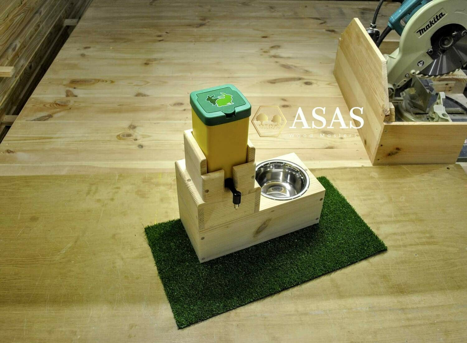 No drip water bottle and food bowl station