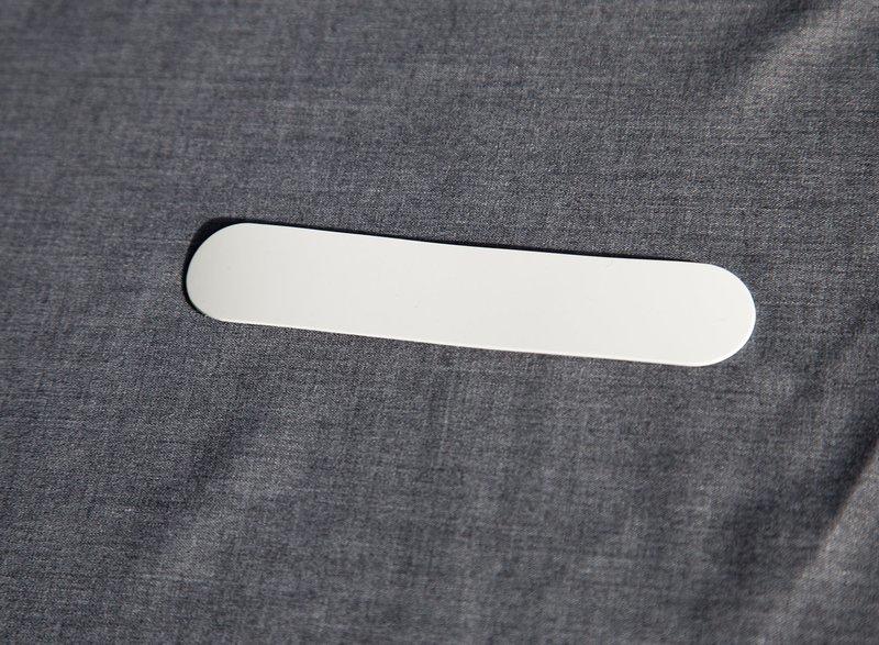 Hvidt indstik til sort præsteskjorte