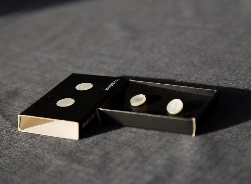 Perlemorsknapper til skjorte med fast front