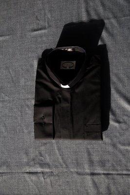 Skjorte, sort, med hvidt indstik