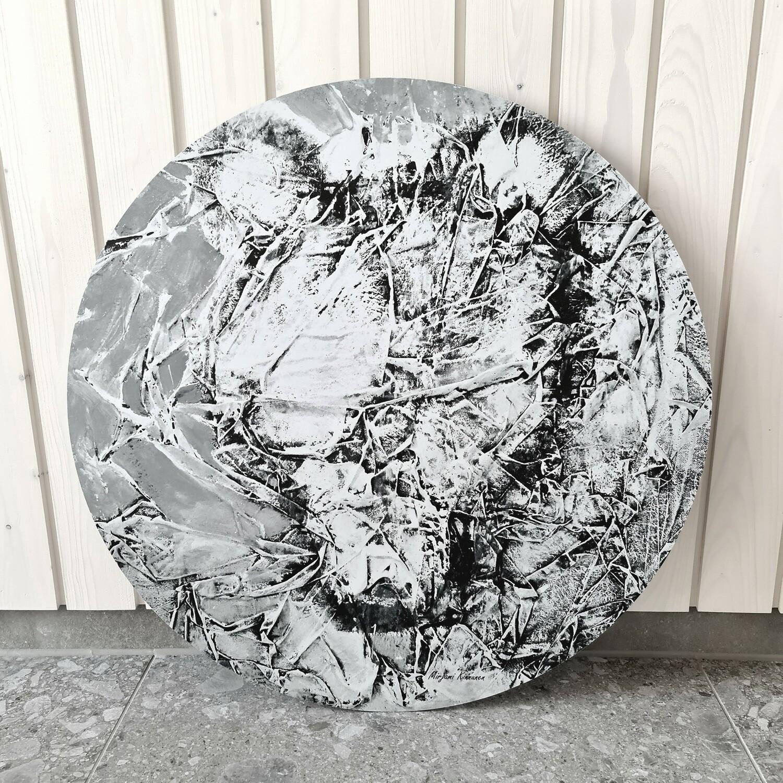 Metsän vanhin. Mustavalkoinen alumiinitaulu, painettu, 60cm