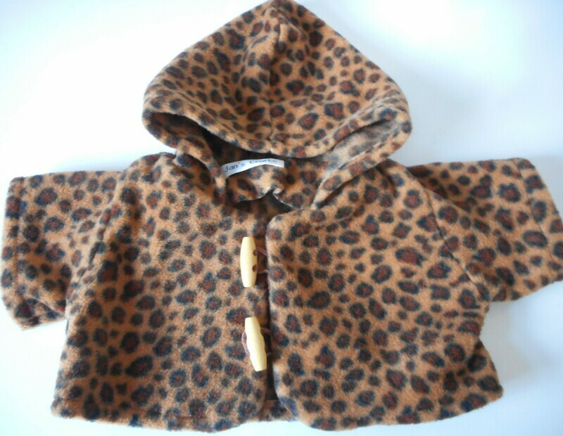 Coat with hood in leopard print fleece for bears. New