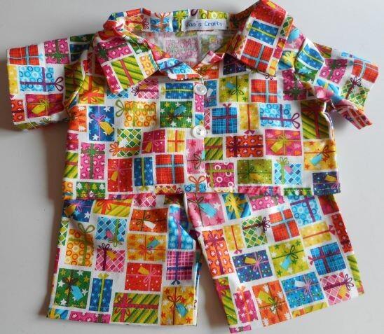 Pyjamas with collar - present print.
