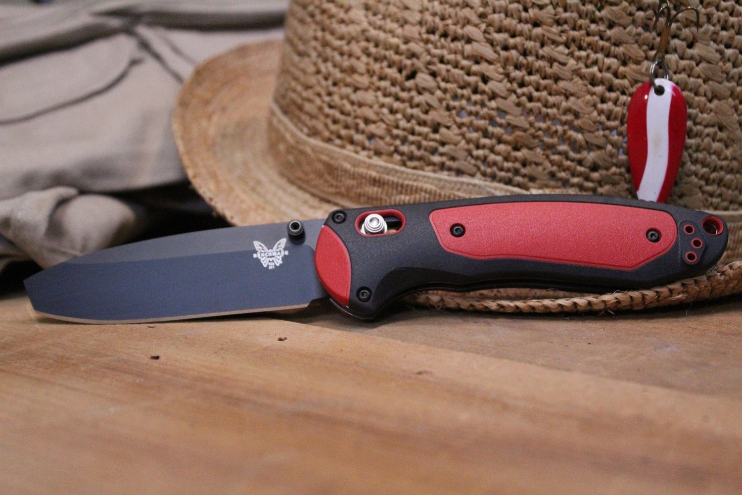 """Benchmade Boost 3.43"""" AXIS-Assist Knife / Black-Red / Black"""