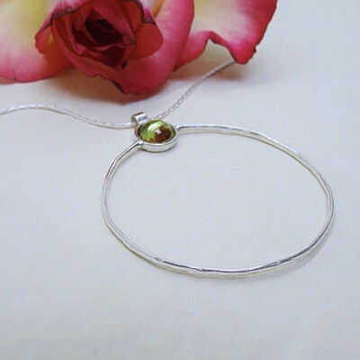 Shiny silver pendant - Peridot stone
