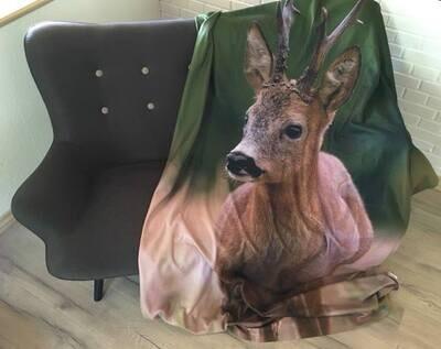 Fleece tæppe med print af Råbuk