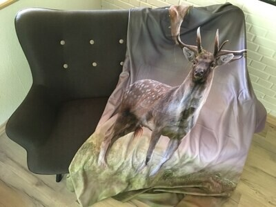 Fleece tæppe med print af Dåhjort