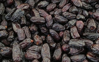 Black dates (1 kg) بلح رطب