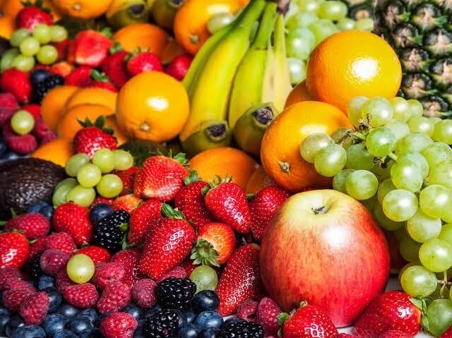 SEASONAL FRESH FRUIT BOX - Medium (46 Pieces + 700gram Grapes)