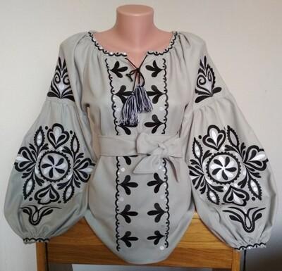 Вишиванка, жіноча вишивана блузка на сірому льоні