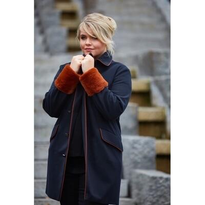 Elegant frakke med kontrastbånd fra Zoey.