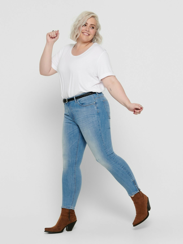 Cool lys jeans med slid og lynlås ved anklen fra Carmakoma!