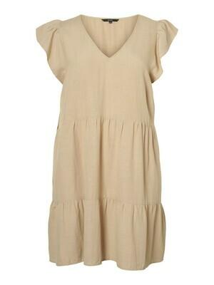 Sød kjole med skæringer og læg fra Vero Moda Curve!