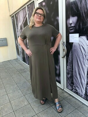 Maxi kjole med knudedetalje fra Vero Moda Curve!