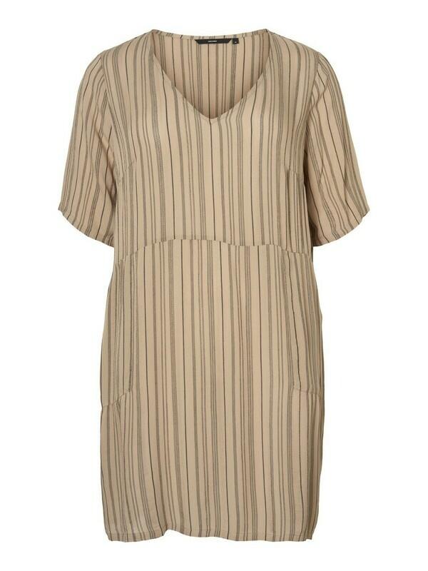 Kjole med lommer fra Vero Moda Curve!
