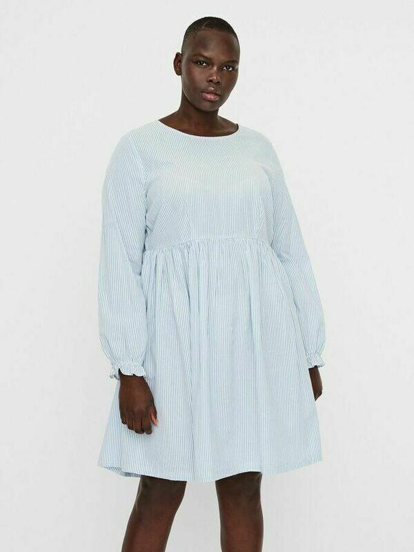 Kjole med knapper i ryggen fra Vero Moda Curve!