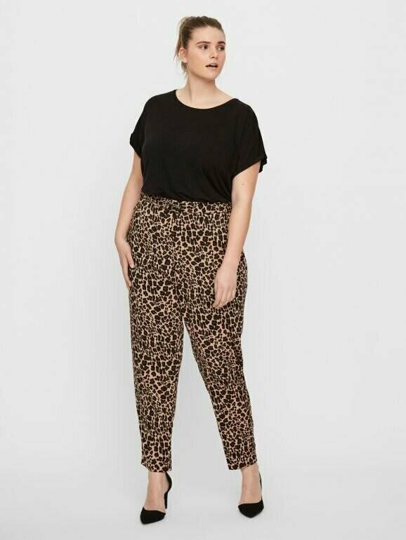 Løstsiddende bukser med leo-print fra Junarose.