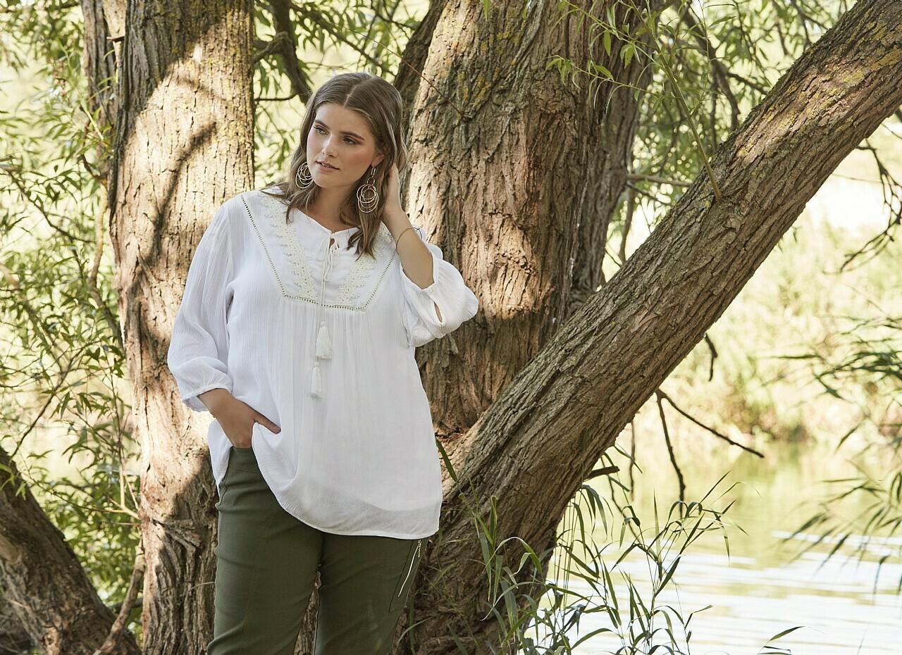 Feminin og let viscose-bluse fra Zhenzi!