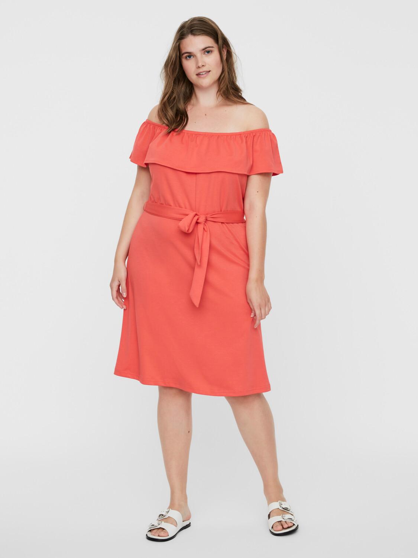 Kjole med bare skuldre fra Vero Moda Curve!