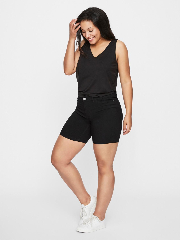 Klassiske sorte shorts med stræk fra Junarose.