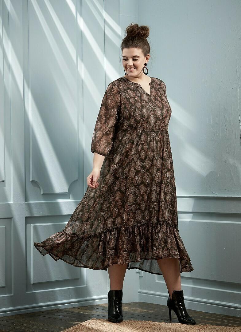 Maxi kjole med flæse detalje fra Zhenzi!