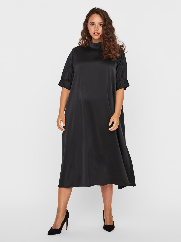 Smuk højhalset kjole fra Vero Moda Curve!