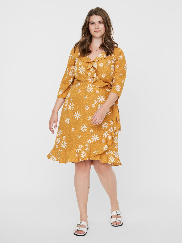 Kjole med margueritter fra Vero Moda Curve!