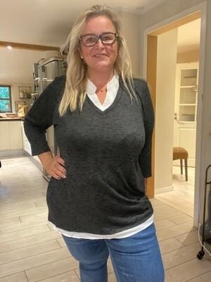 Sød bluse med skjorte-effekt fra DNY.