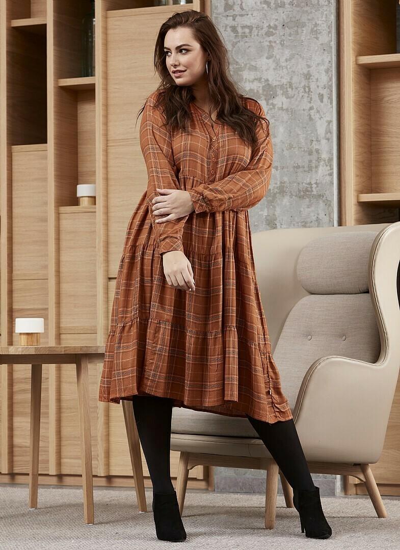 Ternet kjole med lurex-detaljer fra Zhenzi!