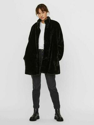 Fake fur fra Vero Moda Curve