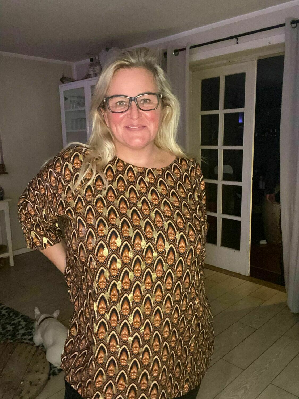 Bluse i smukt print med gulddetaljer fra DNY.