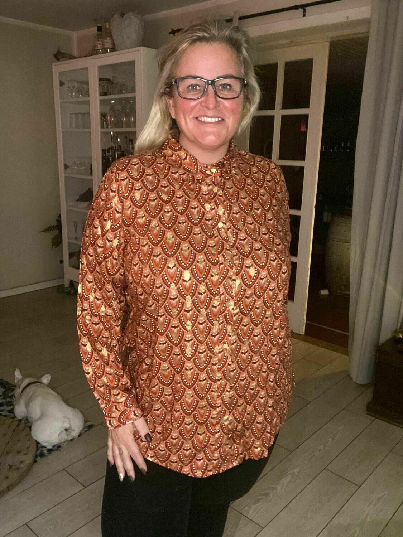 Skjorte i smukt print med gulddetaljer fra DNY.