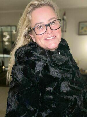 Fake fur med hætte fra Vero Moda Curve