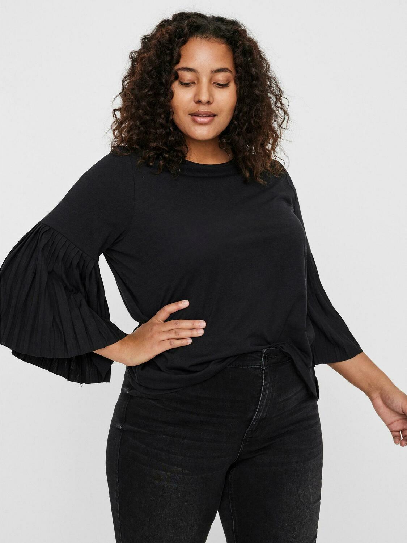 T-shirt bluse med flotte plisse' ærmer fra Vero Moda Curve!