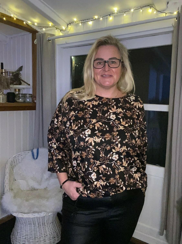 Smuk bluse med print fra DNY!