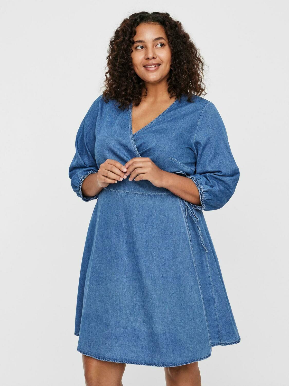 Slå-om kjole fra Vero Moda Curve.