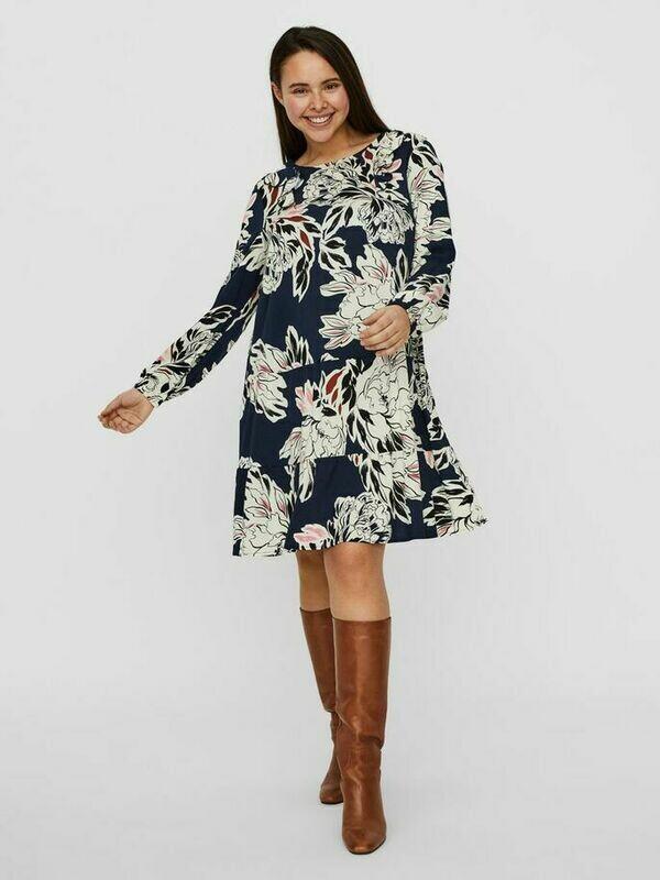 Knælang kjole fra Vero Moda Curve!