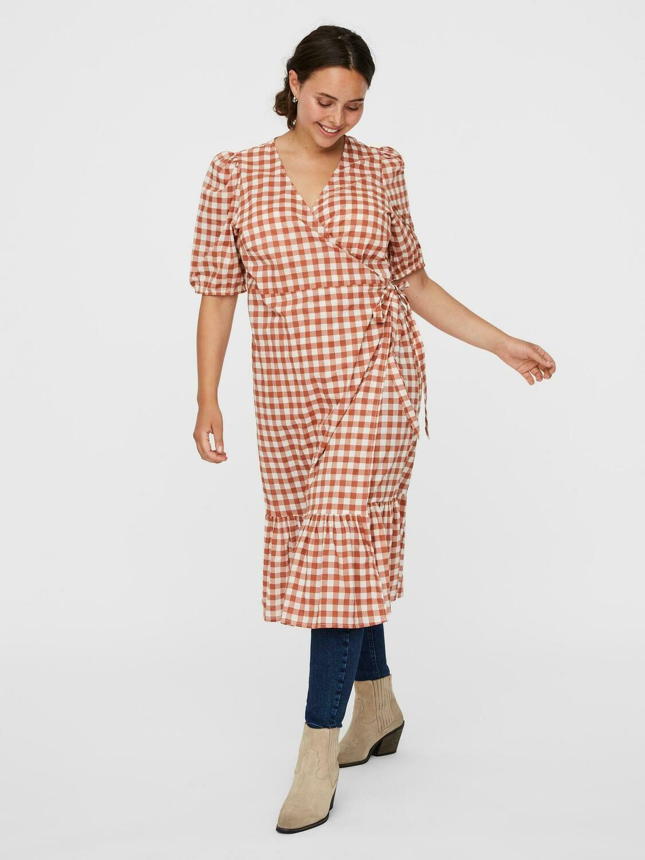 Sød ternet kjole fra Vero Moda Curve