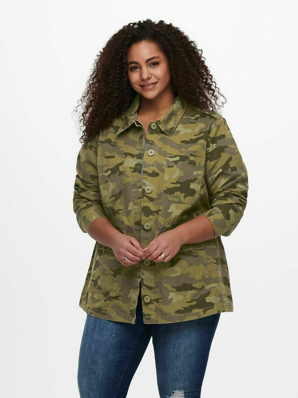 Fed jakke med camouflage print fra Carmakoma