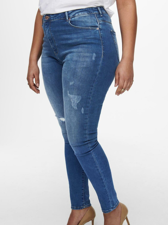 Jeans med høj talje og destroydetaljer fra Carmakoma