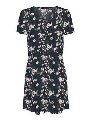 Smuk blomstret kjole fra Vero Moda Curve