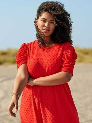Smuk rød kjole med pufærmer fra Carmakoma!