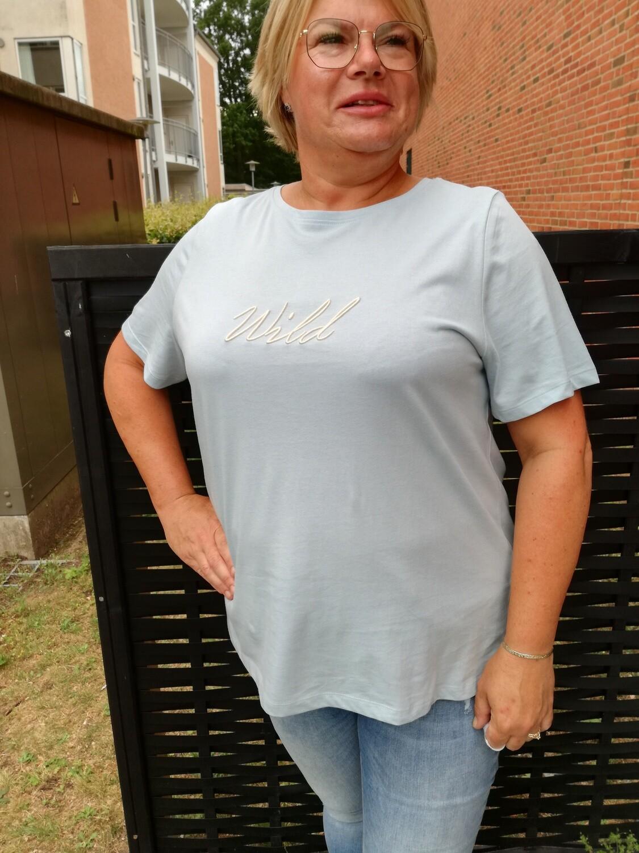 Fin lyseblå t-shirt med print fra Carmakoma