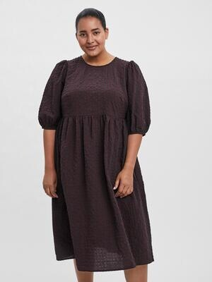 Knælang kjole fra Vero Moda Curve