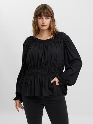 Flot og detaljeret bluse fra Vero Moda Curve