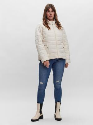 Kort quiltet jakke fra Vero Moda Curve