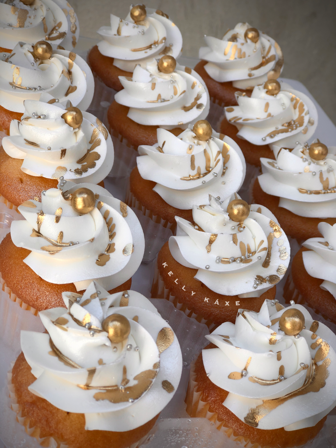 Vanilla Cupcakes With White Almond Wedding Cake Frosting! (No Filling)