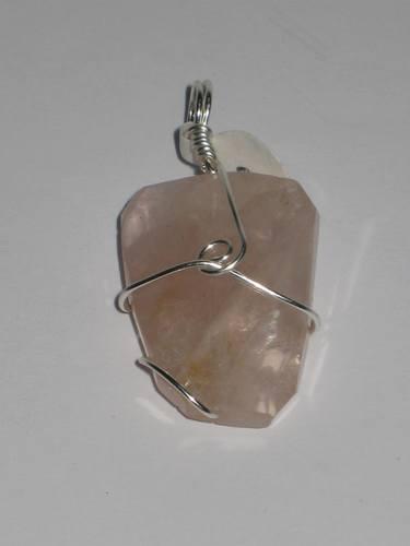 2 Rose quartz faceted stone wrapped pendents/ 2 Pendentifs de Quartz rose facetté avec des détails