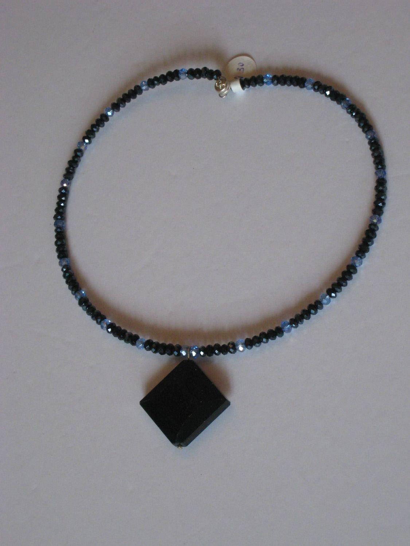 Blue sandstone chokers/ Les colliers de grès bleu